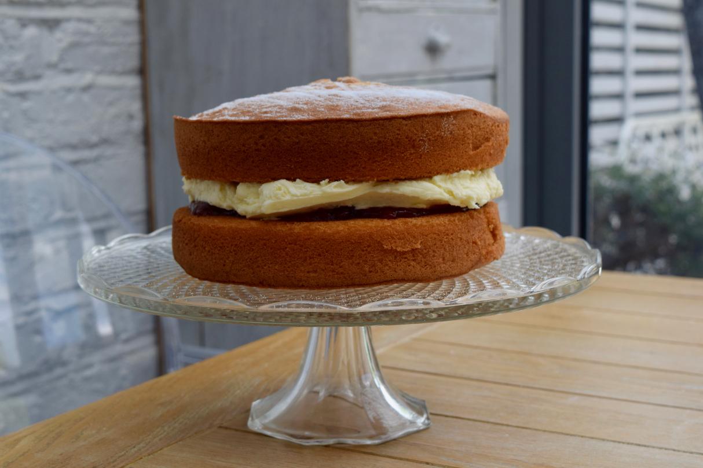 Victoria-sponge-recipe-lucyloves-foodblog